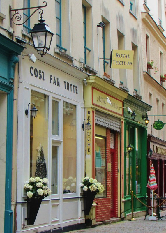 Cosi Fan Tutte, obviously owned by an opera lover . . .