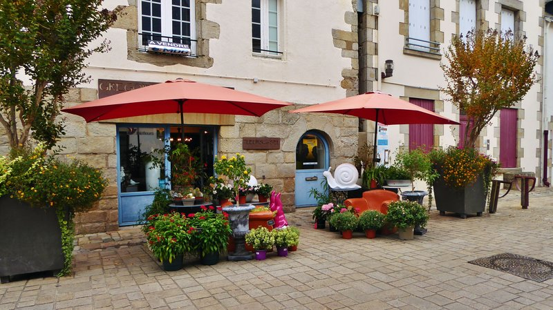 Au Fin Gourmet Hotel-Restaurant with Nearby Flower Shop