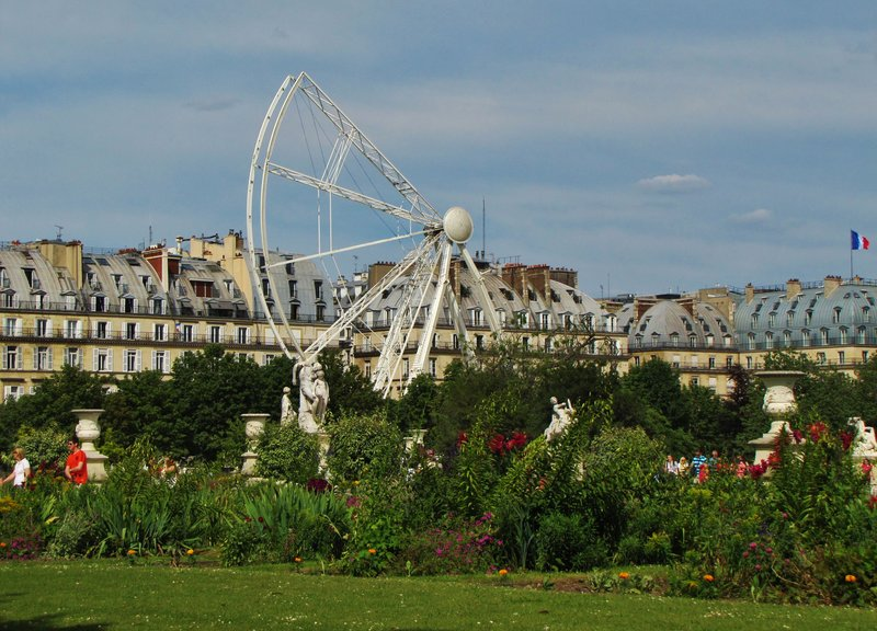 Putting up the Ferris Wheel in the Tuileries Gardens