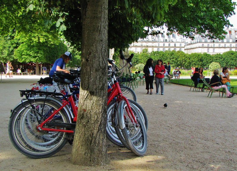 Fat Tire Bike Tour taking a snack break in the Tuileries Gardnes