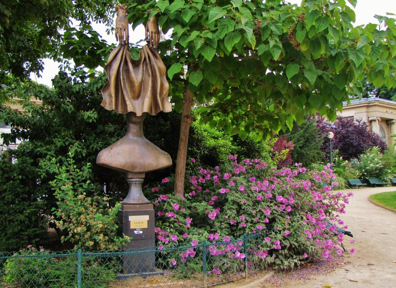 Sculpture along the Allée Marcel Proust