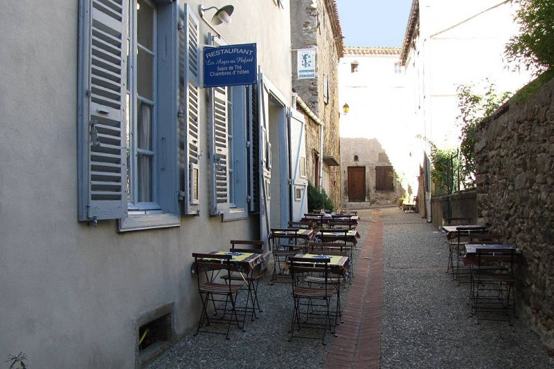 Outside dining at Les Anges au Plafond in Montolieu