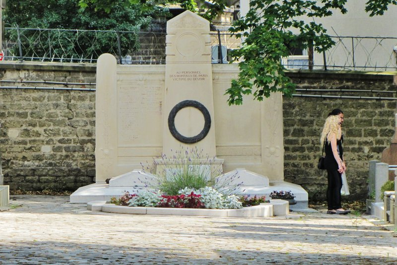 Memorial to the Paris Hospital Personnel who died in the line of duty.