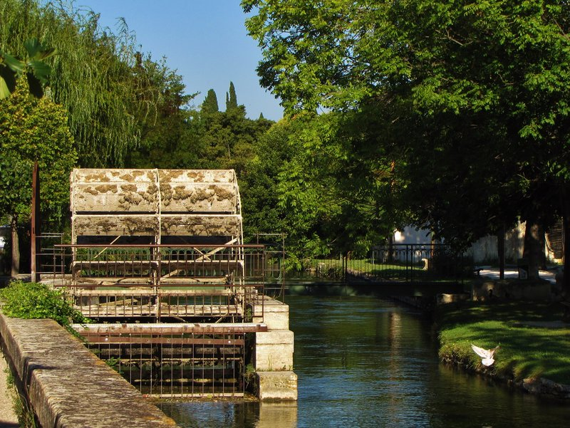 Water wheel on the L'Isle-sur-la-Sorgue Walk