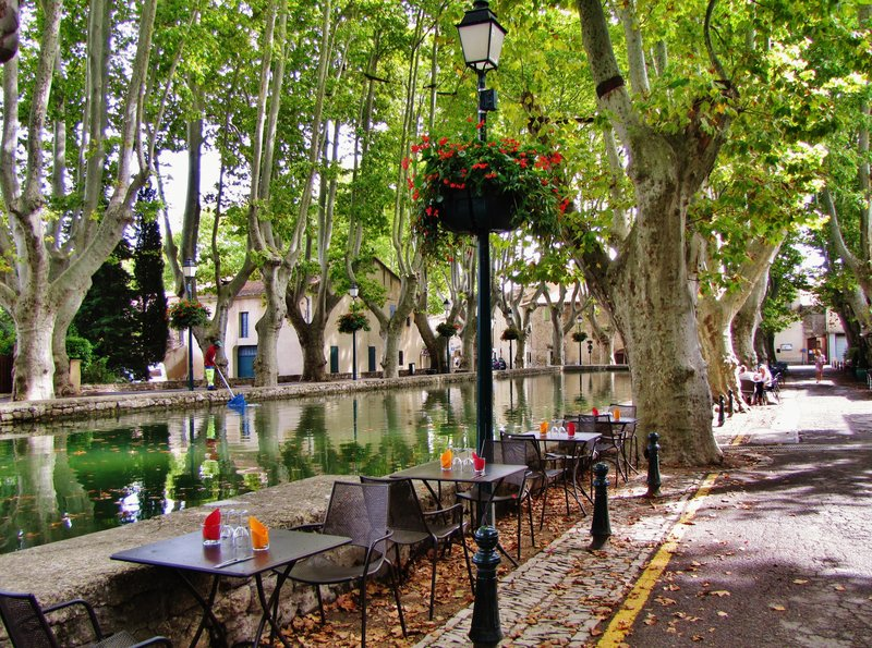 Place de l'Étang, the very large fountain in Cucuron