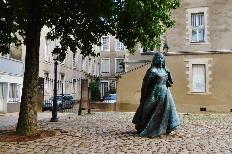 Statue of Anne de Bretagne outside her Château