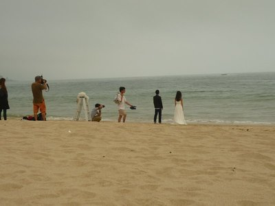 az ifjú pár, akik vízbe akarják folytani magukat egy fénykép erejéig