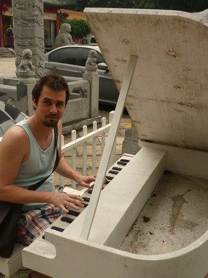 csabesz a zongoránál