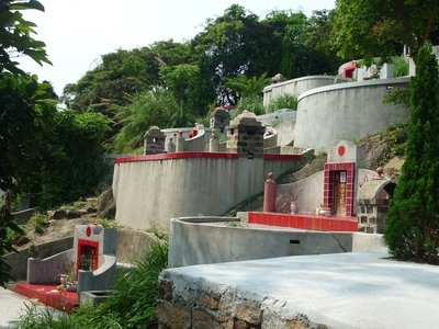 egy temető.sok temetkezési helyet láttunk a szigeten és nagyon cool piros-fehér dizájnba nyomják