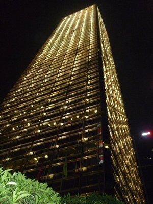egy nagy épület tövében