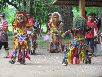 Dancers_with_barong_mask.jpg