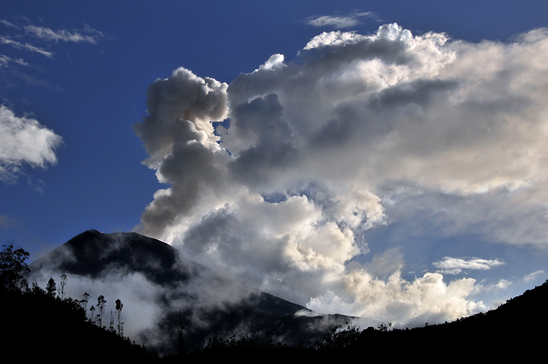 tungurahua volcanoe smoke