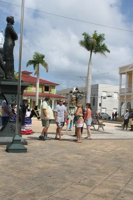Jerry and Bonnie and their group looking at a statue - Puerto Plata