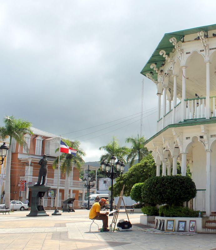 Artist painting La Glorieta (the gazebo) - Amber Museum in the background - Puerto Plata
