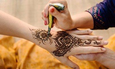 desert-safari-dubai-tour-with henna painting