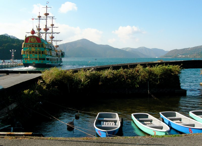 large_Hakone_lake_boat_est.jpg