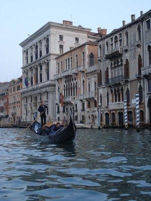 venice2_canal_gondola.jpg