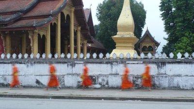 monks_in_l..prabang.jpg