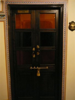 1.07.08-CG-Padlock Door