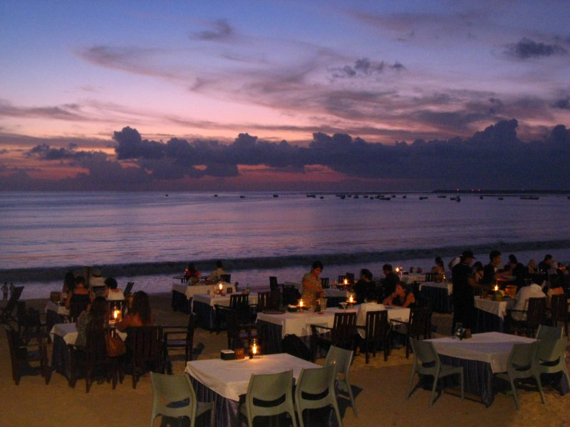Laatste avondmaal bij zonsondergang boven strand en zee