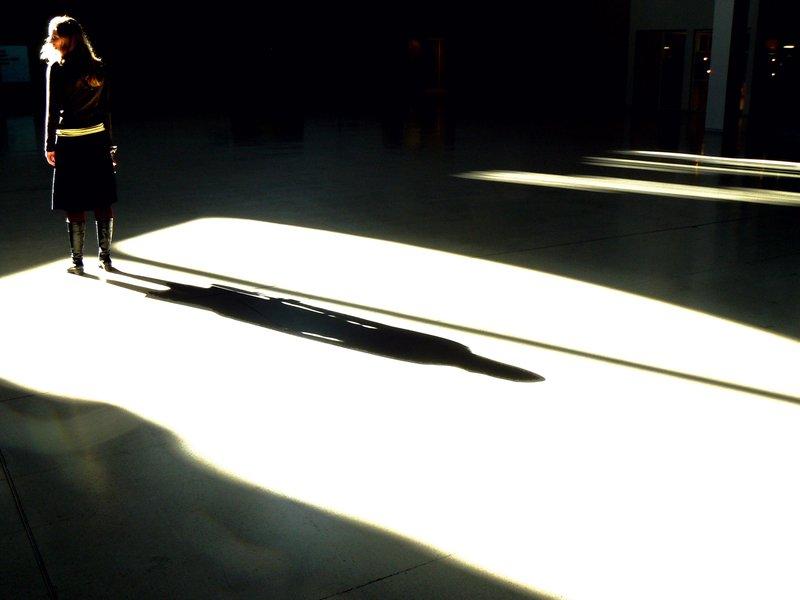 Megan Proyectando una Sombra