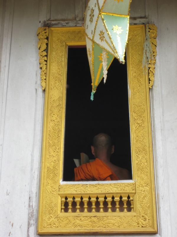 IMG_0822_Luang Prabang_reading monk_WAt Xieng Muan