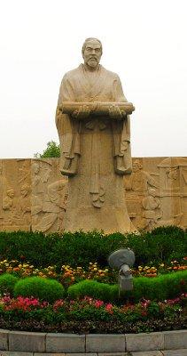 Can't miss the Statue of Zhang Zeduan