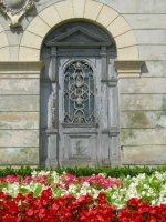 Sighi: door and flowers