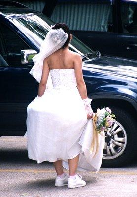 bride_in_r..g_shoes.jpg