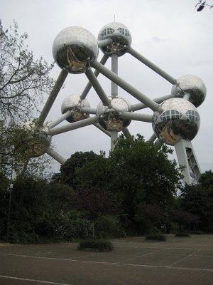Atomium_with_Trees.jpg