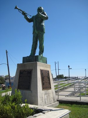 Louis_Arms.._Statue.jpg