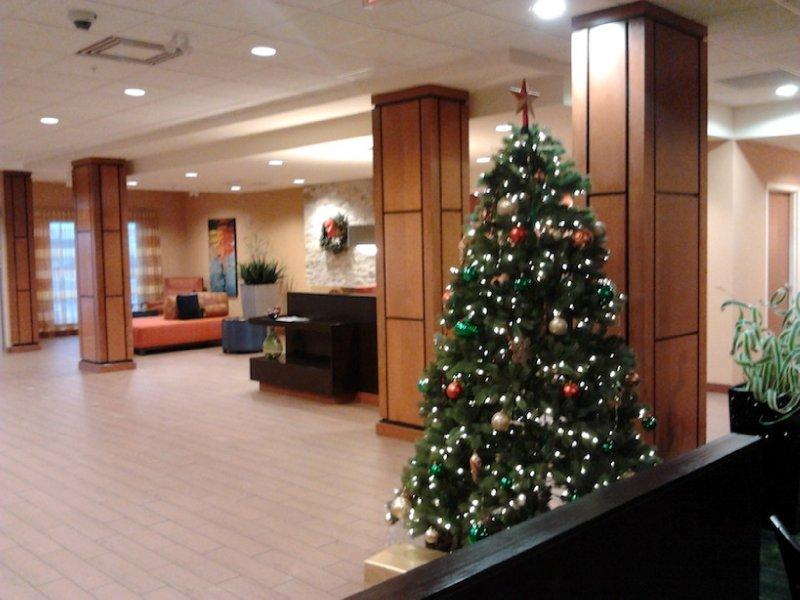 Fairfield Inn & Suites Toronto Mississauga Lobby