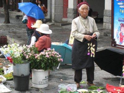 A minority woman works in Dali.