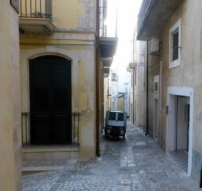 Narrow_Street_Noto.jpg