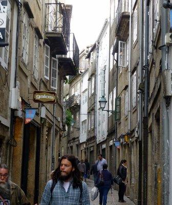 Narrow_road_in_Santiago.jpg