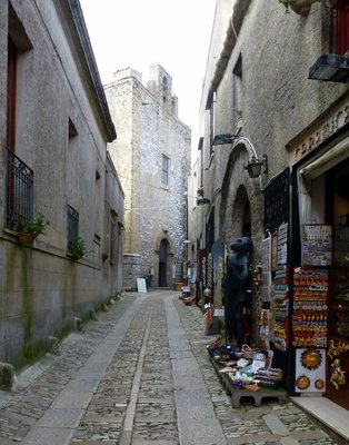 Narrow_street_in_Erice.jpg
