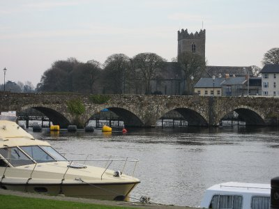 The bridge between the villages of Ballina and Killaloe