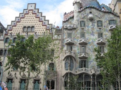 Casa Amatller next to Casa Batllό with its undulating chimneys (Gaudi 1906)