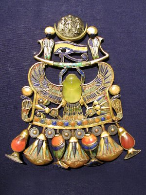 One of Tutankh-amun's pendants, displaying goddess Wadjet, depicted as a cobra, and the wings and eye of Horus.
