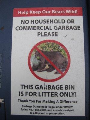 Warning! Skilt på søpplekassene