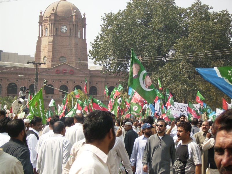 315 Pakistan Lahore - lots of flags