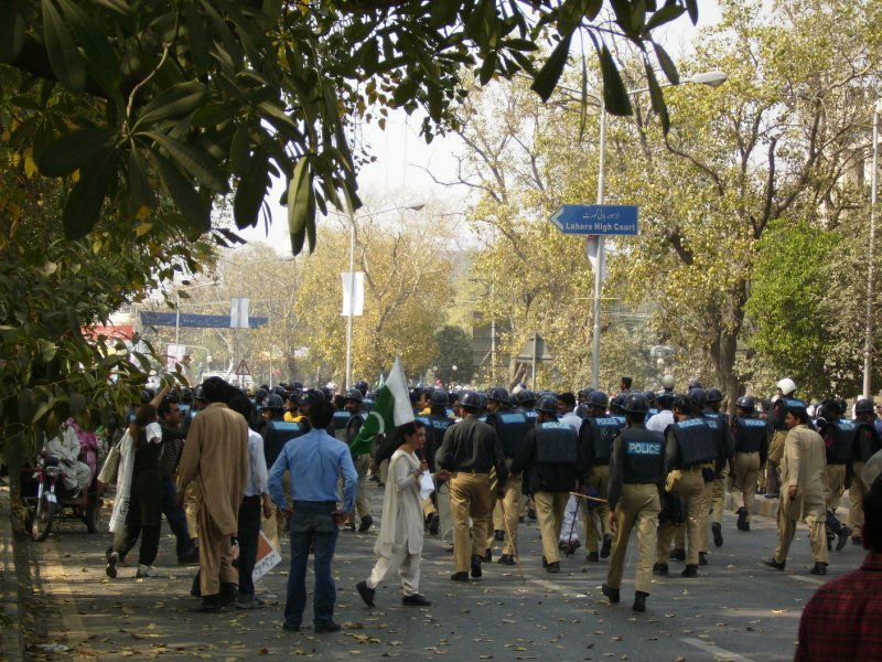 320 Pakistan Lahore - more police move in