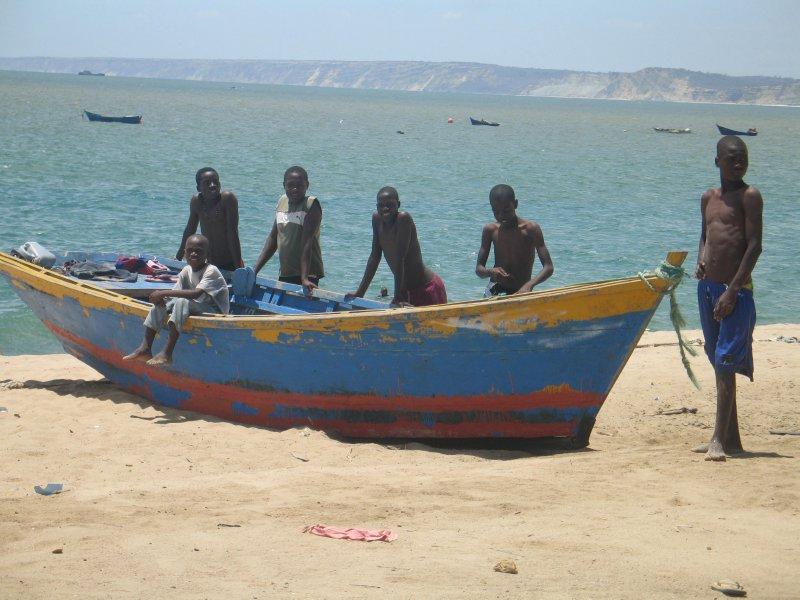Lokale gutter på stranda
