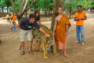Tygr, mnich a turisti