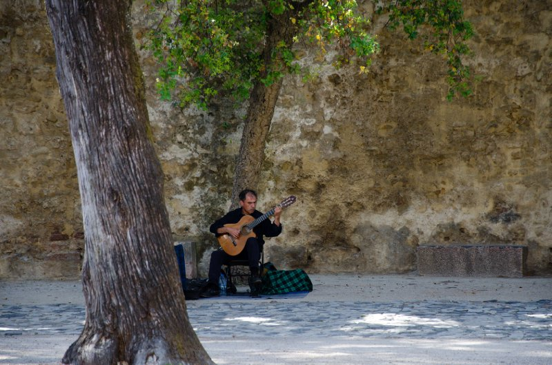Musician at the castle of São Jorge