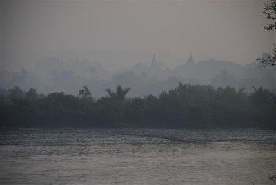 Tempels op de achtergrond boot terug naar sittwe