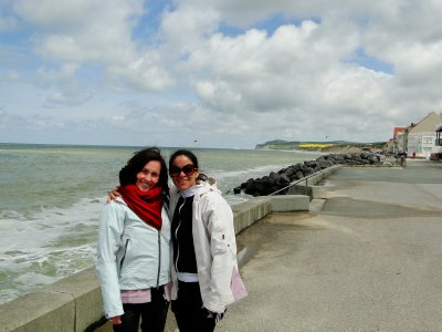 Juli y Fiore on a windy day in Calais