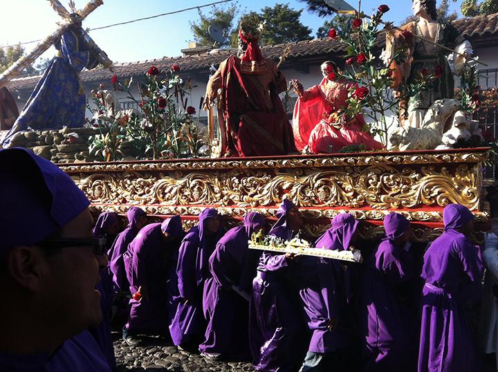Cucuruchos carrying Jesus