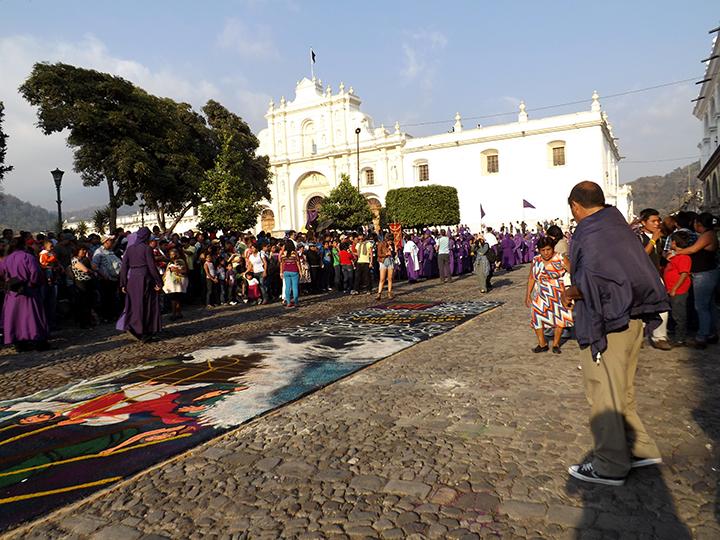 Cucuruchos preciding Jesus' Anda