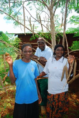 Alan Metho, keen REAP participant with wife (one of the ladies) and his moringa tree